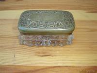 Pequeña caja de cristal y metal plateado