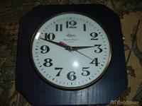 Reloj de cocina en verde madera
