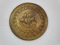 Plato de metal con lladado de un barco